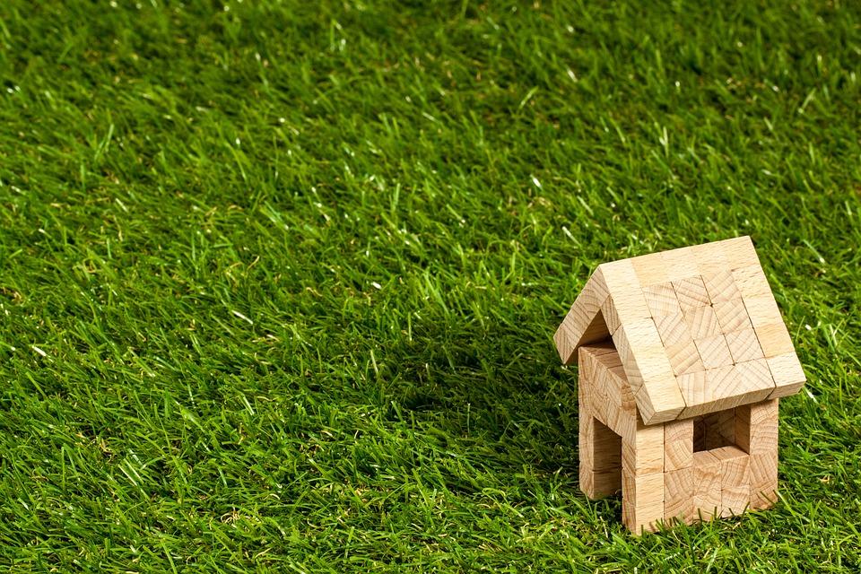 庭に人工芝を敷くメリットとデメリット雑草対策のために